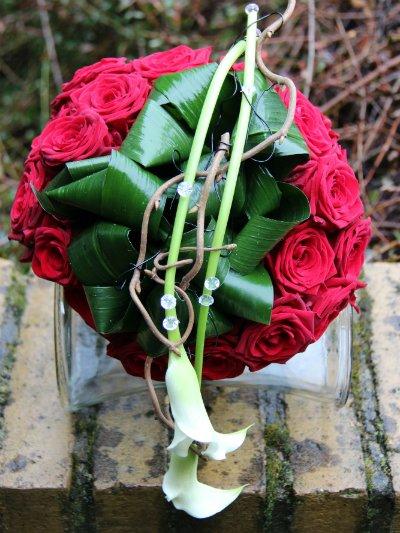 Brudebuket-med-røde-roser